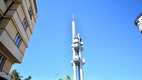 Žižkovská věž se tyčí v pražské čtvrti od roku 1992, kdy byla dostavěna po sedmi letech práce.