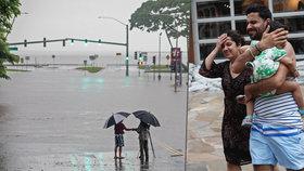 K Havaji se blíží hurikán Lane. Američtí meteorologové snížili ve čtvrtek sílu hurikánu ze čtvrtého na třetí stupeň, prezident Trump přesto raději vyhlásil výjimečný stav (24. 8. 2018).