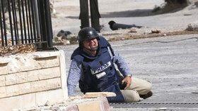 Reportér AFP Sammy Ketz padl k zemi v Sýrii ve starobylém křesťanském městě Maanula nedaleko Damašku během bojů mezi vládními vojáky a rebely (18. 9. 2013).