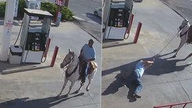 Alkohol za otěže nepatří. Opilý muž spadl z koně, který ho pak vláčel po benzínce