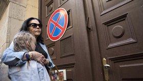 Máma Rezešové čekala před věznicí s její mladší dcerou.