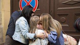 Režešová se vítá s dcerou a mámou po propuštění z věznice.