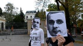 Pomalým pochodem kolem ruské ambasády v Praze dnes skupina 60 demonstrantů vyzvala k propuštění ukrajinského režiséra Oleha Sencova a dalších politických vězňů. Sencov, odsouzený na 20 let za údajný terorismus, drží 107 dní hladovku, a protest proto trval přesně 107 minut.