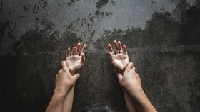 Dívka nahlásila hromadné znásilnění na policii.