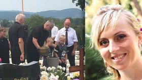 S Majkou se přišly rozloučit desítky lidí. Manžel Patrik se syny nezadrželi slzy.