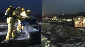 Z auta u Odoleny Vody vypadly barely s kyselinou sírovou: Na místě zasahují odborníci