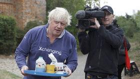 Exministr Johnson nabídl novinářům čekajícím před jeho domem čaj.