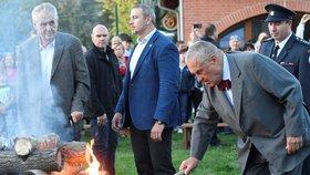 Prezident Miloš Zeman dnes v Lánech na Kladensku zapálil Masarykovu vatru na počest 81. výročí úmrtí prvního československého prezidenta.