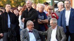 Spolu se Zemanem přiložili louče k ohništi čestný předseda TOP 09 a Zemanův někdejší rival v prezidentské volbě Karel Schwarzenberg, lánský starosta Karel Sklenička a dobrovolní hasiči.