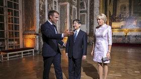 Francouzský prezident Emmanuel Macron a jeho manželka Brigitte hostili japonského korunního prince Naruhita.