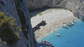 Vrak na pláži je oblíbenou turistickou atrakcí
