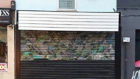 Majitel obchodu přetřel rané dílo anonymního umělce Banksyho.