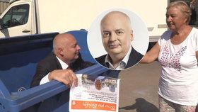 Lídr ČSSD v Brně Oliver Pospíšil leze při volební kampani do komunálních voleb z kontejneru.