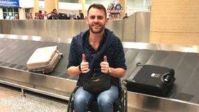 Podnikatel Shane Hryhorec tvrdí, že jeho požadavek vzít si invalidní vozík do letadla vyústil v zavolání policie.