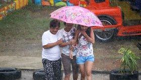 Filipíny zasáhl supertajfun Mangkhut se silným větrem a deštěm