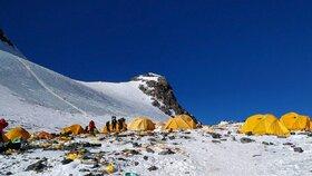 Mount Everest ničí odpady horolezců i turistů, ukazují to i fotky z minulých let.