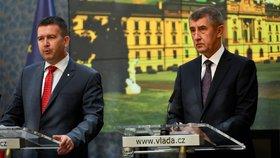 Premiér Andrej Babiš a vicepremiér Jan Hamáček na konci června na první tiskové konferenci nově vzniklé vlády (27. 6. 2018)