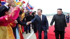Jihokorejského prezidenta Mun Če-ina  vítal na letišti v severokorejské metropoli Pchjongjangu na začátek mezikorejského summitu osobně severokorejský vůdce Kim Čong-un.