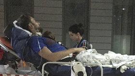 Bývalý vůdce aktivistické skupiny Pussy Riot Pyotr Verzilov při převozu do berlínské nemocnice. Doktoři potvrdili myšlenku, že byl nejspíš otráven.