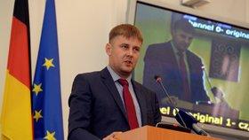 Novým ministrem zahraničí navrhuje předseda ČSSD Tomáše Petříčka. Bývalého asistenta Miroslava Pocheho a od srpna prvního náměstka na ministerstvu zahraničí.