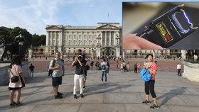 Britská policie v neděli na několik hodin zadržela muže, kterého podezřívala z toho, že se snaží dostat do Buckinghamského paláce s elektrickým paralyzérem. Později se ukázalo, že šlo spíše o nedorozumění (24. 9. 2018).