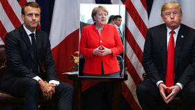 Podobné gesto jako Angela Merkelová předváděl při setkáních v New Yorku i Donald Trump (vpravo)