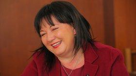 Ministryně financí Alena Schillerová v rozhovoru pro Blesk Zprávy kritizovala špatnou komunikaci Finanční správy, horlivost úředníků při kontrolách novomanželů a vysvětlovala také problémy se zajišťovacími příkazy