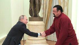 Putin a Seagal se setkali při předání hercova ruského pasu.