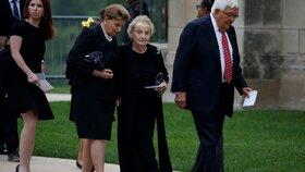 Na začátku září se bývalá ministryně zahraničí USA Madeline Albrightová účastnila smuteční bohoslužby za zesnulého amerického senátora Johna McCaina