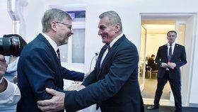 Předseda ODS Petr Fiala (vlevo) se vítá s kandidátem na pražského primátora Bohuslavem Svobodou ve volebním štábu ODS v Praze, kde zástupci strany společně s novináři sledovali 6. října 2018 výsledky komunálních a senátních voleb.
