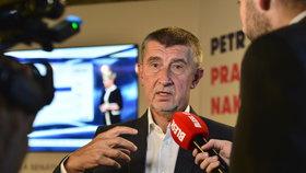 Andrej Babiš si připil ve štábu ANO s Petrem Stuchlíkem (6.10.2018).