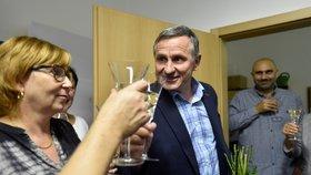 Senátor Jiří Čunek z KDU-ČSL slavil výsledek prvního kola senátních voleb. Čunek obhájil senátorské křeslo v obvodě Vsetín (6. 10. 2018).