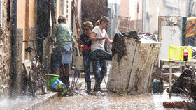Bleskové záplavy, které se přihnaly i s ničivou bouří, zpustošily Mallorku.