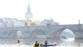 Skifař Václav Chalupa vyrazil 30. září 2018 od Karlova mostu v Praze na 850 kilometrů dlouhou plavbu do Hamburku. Spolu s dalšími dvěma veslaři se pokusil zapsat do Guinnessovy knihy rekordů. Sám však plavbu nakonec vzdal.