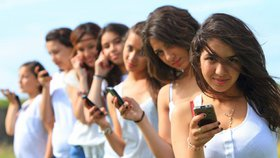 Ženy v mnoha zemích světa mají podle nové studie zakázáno používat mobilní telefony. Panuje totiž obava, že by v konečném důsledku otěhotněly (ilustrační foto)