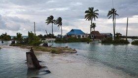 Ostrovní stát Kiribati se vlivem stoupající hladiny moře potápí.