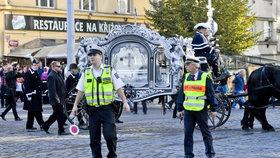 Policie hlídala, aby auta nebo tramvaje neomezovaly smuteční průvod.