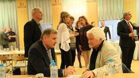 Bývalý český premiér a někdejší předseda Senátu Petr Pithart s Jiřím Čunkem, který mandát senátora obhájil už v prvním kole, se setkali ve volebním štábu KDU-ČSL ( 13. 10. 2018).