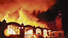 Jeden z větších požárů postihl v Praze v roce 2008 také Průmyslový palác na holešovickém Výstavišti. Od té doby jedno křídlo paláci stále schází. (ilustrační foto)