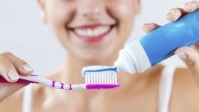 Oxid titaničitý obsahují i zubní pasty, zde má být ale neškodný