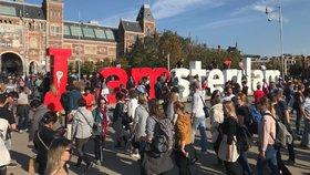 Amsterdam bojuje s přívalem turistů.