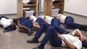 Posádka Ryanair musela údajně spát na zemi, protože firma jí nezajistila hotel.