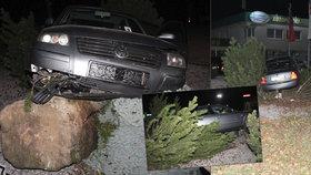 Další pirát silnic ujížděl před policií: Muž z Náchodska skončil po honičce ve větvích stromu
