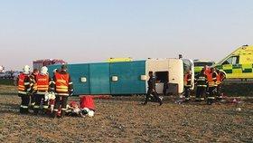 Autobusu, ve kterém cestovaly také děti, praskla pneumatika a převrátil se: Desítky zraněných, zasahuje vrtulník.