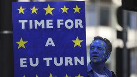V Londýně lidé protestují za nové referendum o brexitu.