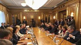 Cesta předsedy Sněmovny Radka Vondráčka do Ruska vzbudila emoce.