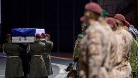 Armádní speciál dopravil na letiště Praha-Kbely 24. října 2018 z Afghánistánu do Česka tělo zastřeleného vojáka Tomáše Procházky
