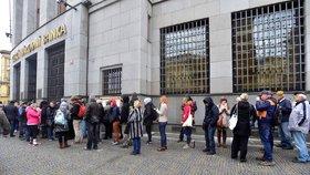 Lidé čekající před ČNB kvůli výročním mincím