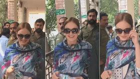 Tereza se cestou k pákistánskému soudu optimisticky usmívala.