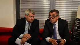 Šéf komunistů Vojtěch Filip (vlevo) a premiér a šéf ANO Andrej Babiš